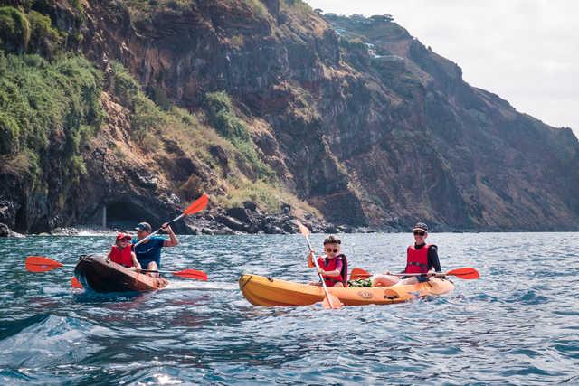 Kayak en famille dans la mer à Madère