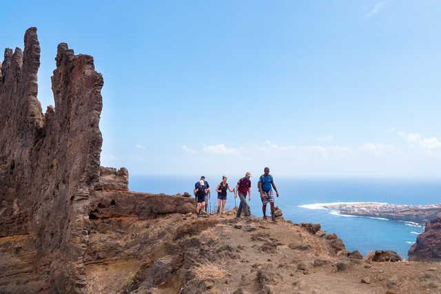 Veine de roche volcanique sous fond d'océan lors de la randonnée côtière à Santo Antao