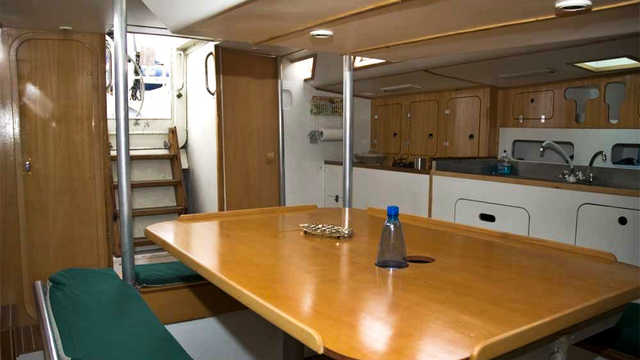Cabine salon du voilier pour l'Antarctique