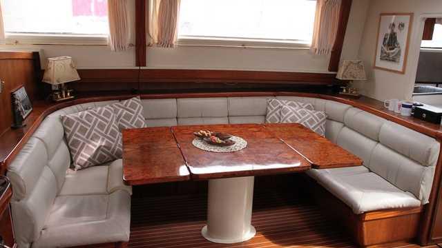 Petit salon du bateau Mar Y Pôles