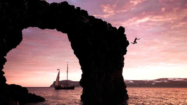 Saut depuis les falaises en Islande, croisière voilier