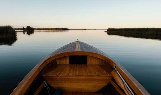 Canoe sur le lac en Suède