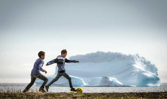 Enfants jouant au football au Groenland