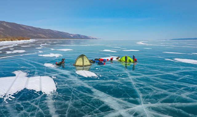Tentes sur le lac baikal