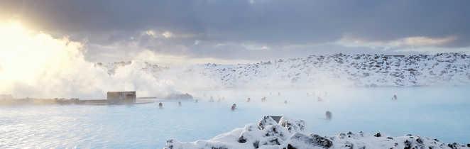 Baignade dans les sources d'eau chaude en Islande