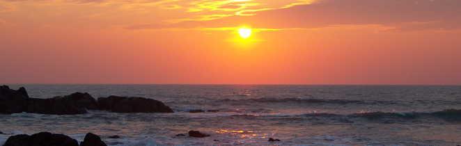 coucher de soleil sur une plage à Goa