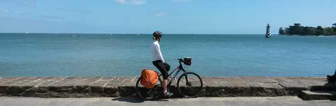 cycliste regardant la mer
