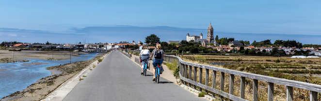 Cyclistes sur l'allée Jacobsen à Noirmoutier