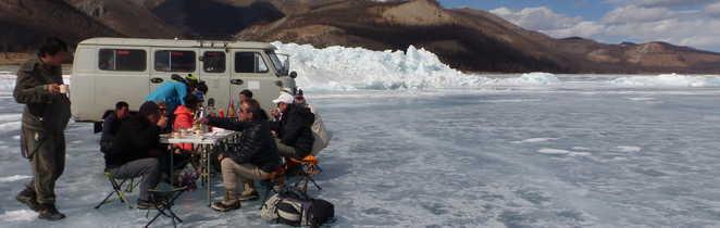 Déjeuner sur le lac Khovsgol dans la taïga mongole