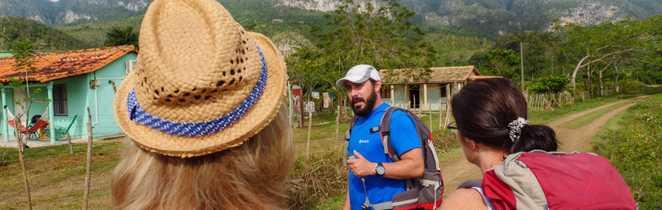 Explications du guide dans la vallée de Viñales
