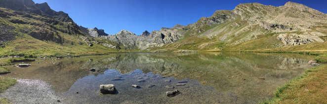Lac d'altitude et superbe vue dans la vallée de l'Ubaye