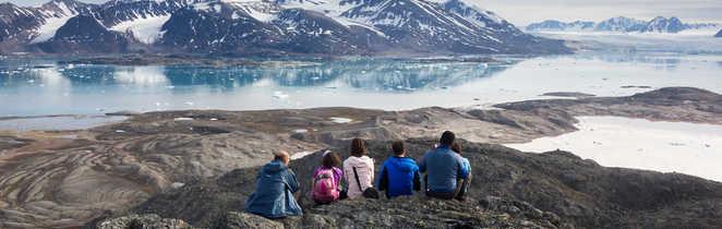 Le groupe admire le paysage arctique au Nord du Spitzberg