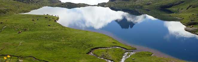 Magnifique lac lors d'un trek sur le GR10, dans les Pyrénées