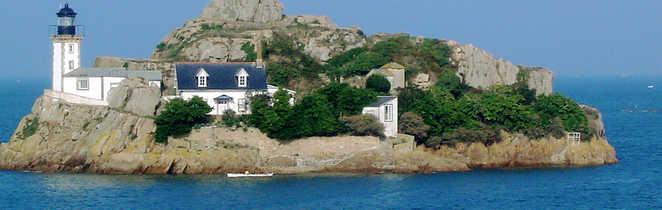 petite île abritant un phare et la maison du gardien