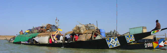 Pirogue  chargée au Sénégal