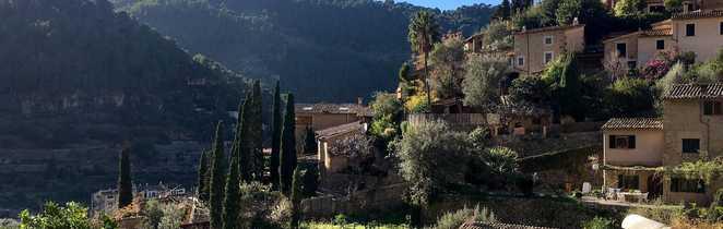 Village perché de Deia avec des maisons en pierres apparentes et végétation