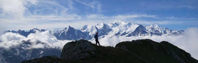 Randonneur face au Mont-Blanc