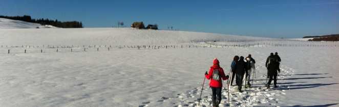 Randonneurs en raquette dans les plaines de l'Aubrac en France