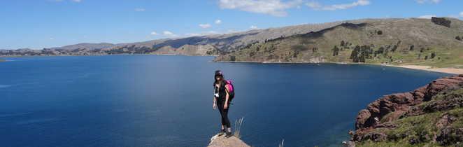Randonneuse sur une pierre qui surplombe le lac Titicaca