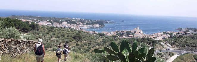 Randonneurs sur le chemin entre Collioure et Cadaques avec vue mer