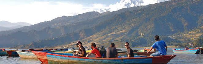 Touristes sur le lac Phewa, à Pokhara