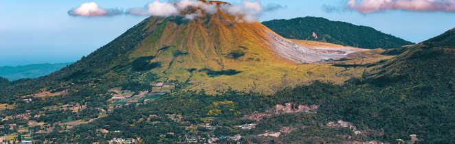Vue depuis le volcan Mahawu sur l'île de Sulawesi