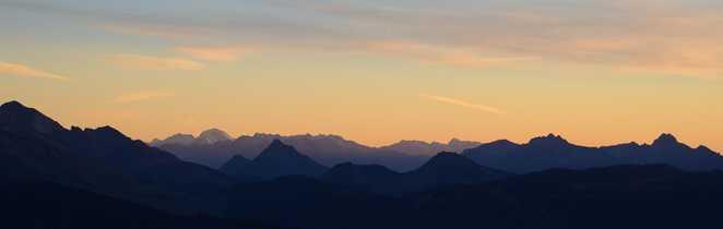 Vue sur la chaîne des Aravis au coucher du soleil