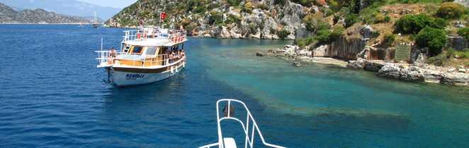 Vue sur la méditerranée depuis l'avant d'un bateau sur la côte lycienne