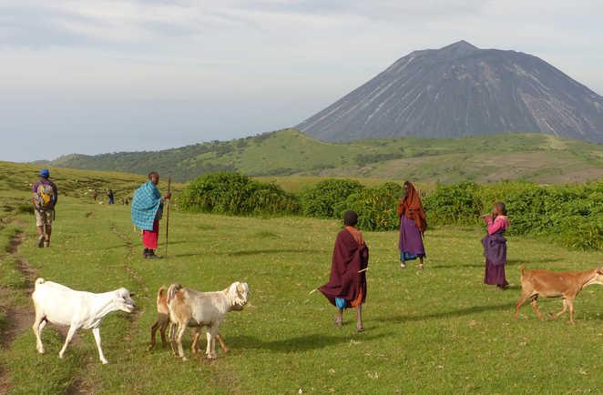 Ambiance lors d'un trek en compagnie des Masai, le volcan lengai en toile de fond