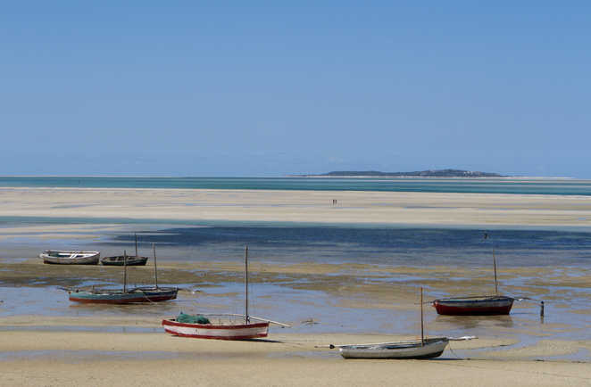 Barques de pêche sur la plage de Vilankulos au Mozambique