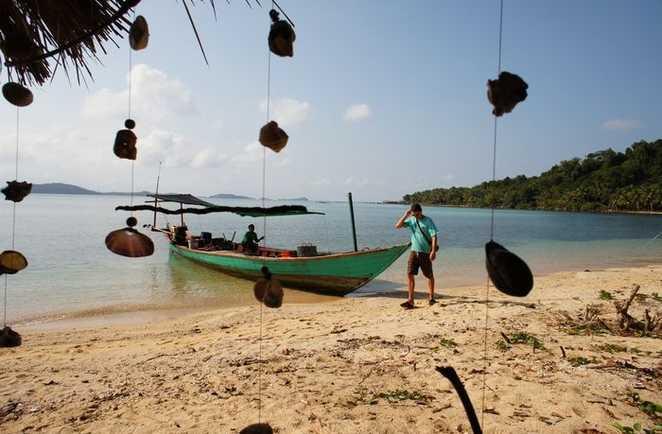 Bateau sur la plage de l'île de Koh Kong