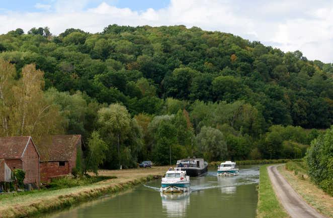 Deux bateaux naviguent sur le canal de bourgogne