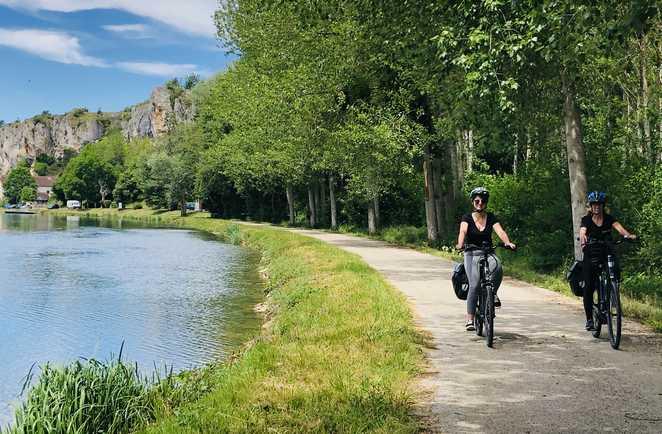 deux cycliste au bord du canal du nivernais et en arriere-plan les rochers du saussois