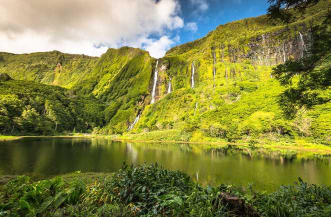 Cascades et de falaises à l'île de Flores