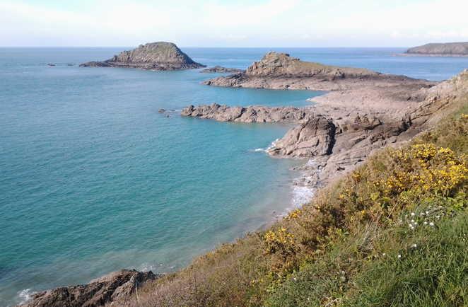 Côte sauvage de Bretagne vers la pointe du Grouin et l'île Besnard