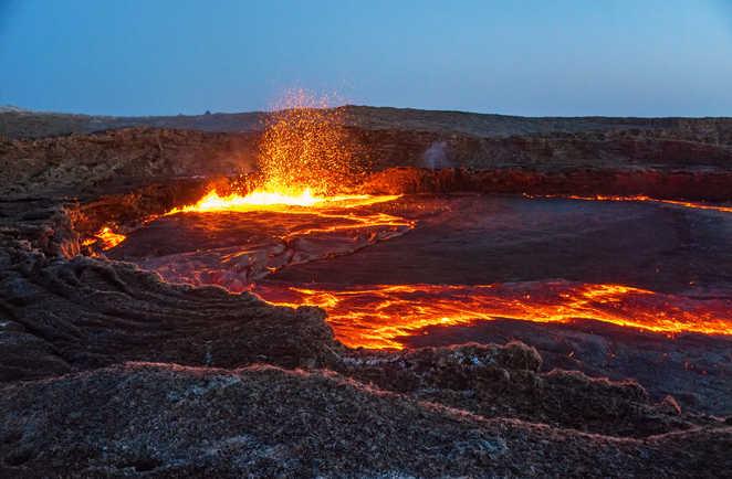 Cratère de lave bouillonnant du volcan Erta Ale