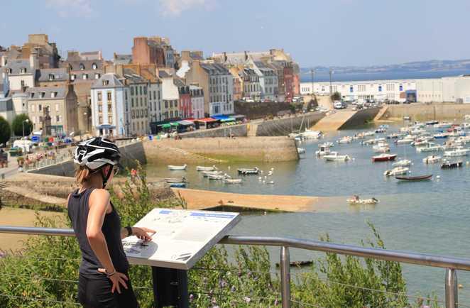 cycliste découvrant un petit port