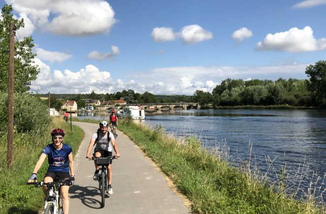 cyclistes au bord du canal du nivernais