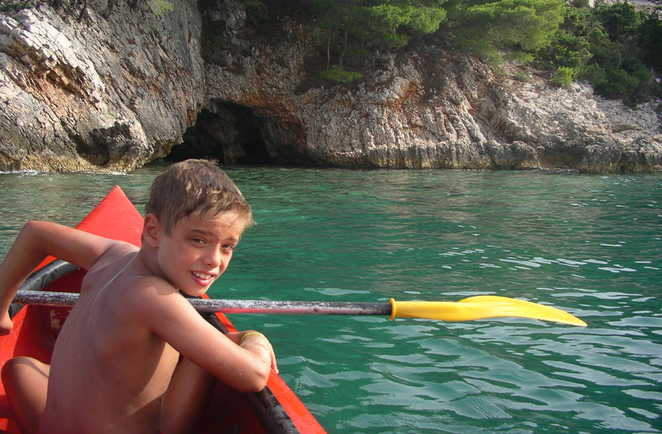 Enfant faisant du kayak de mer en Croatie