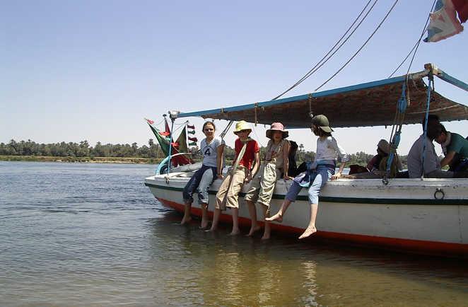 Enfants assis sur le bord du bateau restaurant en Egypte