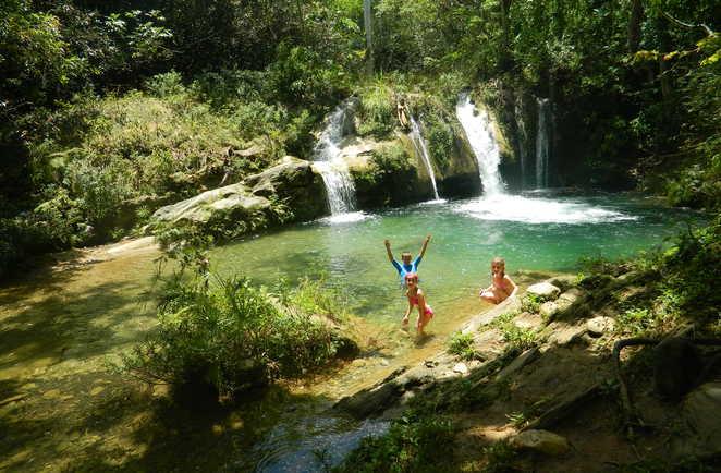 Enfants jouant dans l'eau proche d'une cascade vers Vinalès à Cuba