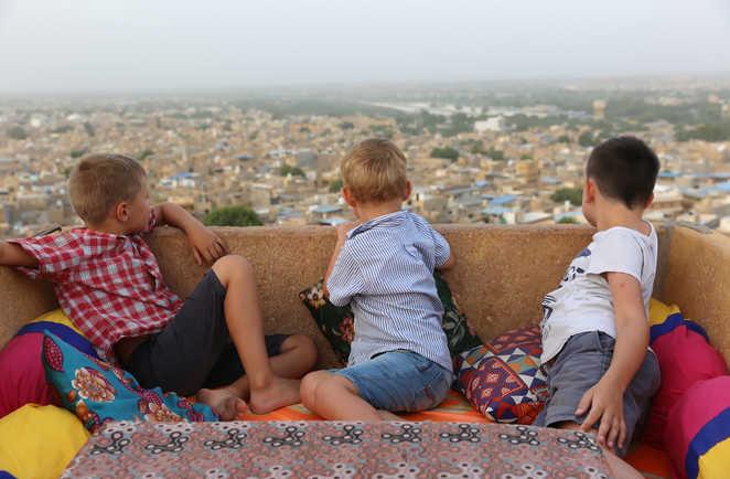 Enfants regardant la ville de Jaisalmer depuis une terrasse, en Inde