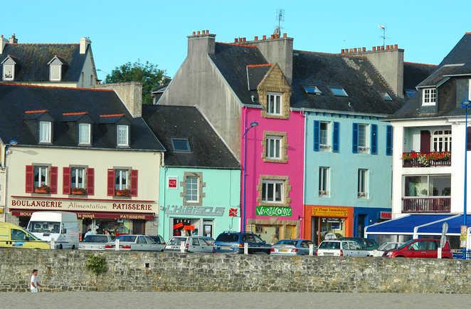 façades colorées d'un village en bord de mer