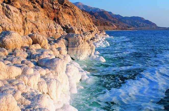 Falaise tombant dans la Mer Morte en Jordanie