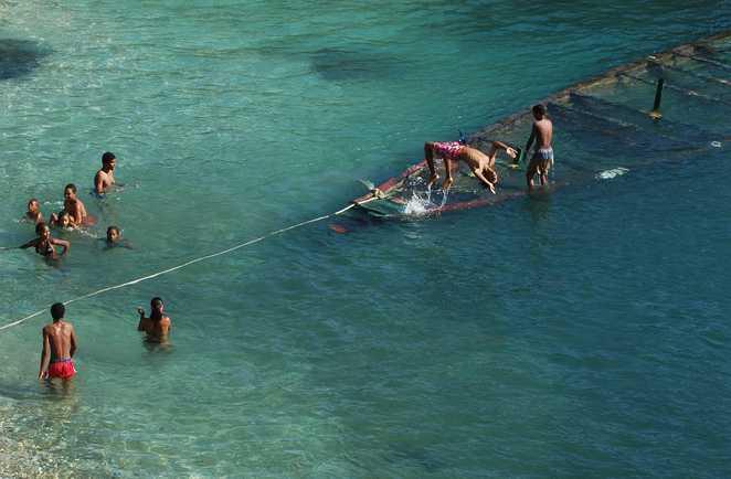 Groupe d'adolescents jouant dans l'eau au Cap vert