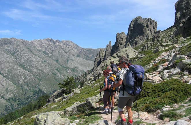 Groupe de randonneurs sur un chemin en Corse