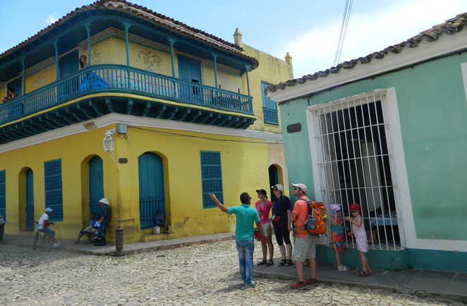 Groupe de voyageurs dans une rue de Trinidad à Cuba