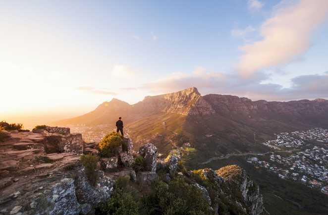 Homme contemplant la vue sur Table Mountain