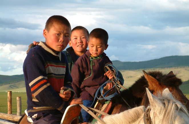 Jeunes cavaliers mongols sur leur montures en Mongolie