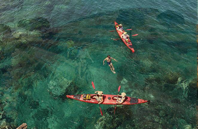 Kayak en Croatie dans une eau turquoise